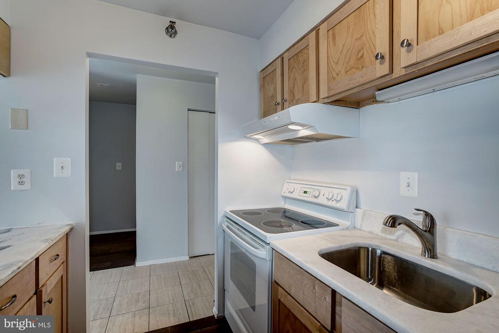Kitchen - 1808 OLD MEADOW RD #1416, MCLEAN