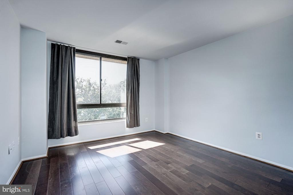 Bedroom - Large Picture Window - GREAT Sunlight! - 1808 OLD MEADOW RD #1416, MCLEAN