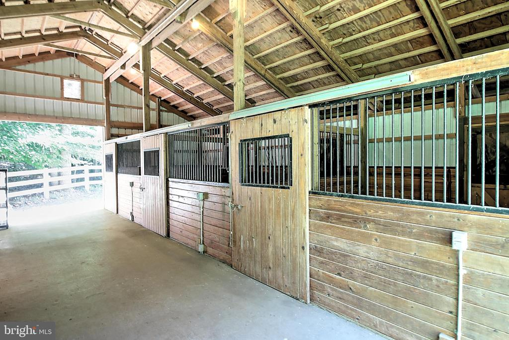 Steel Baked Enamel Barn with 3 Stalls - 10121 COMMUNITY LN, FAIRFAX STATION