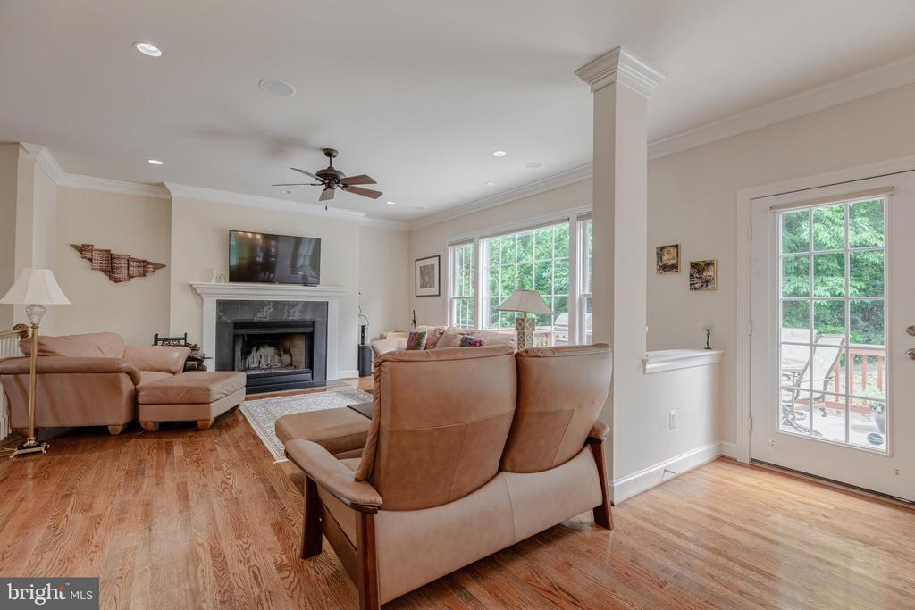 Family room looking out to the deck and patio - 5621 GLENWOOD DR, ALEXANDRIA