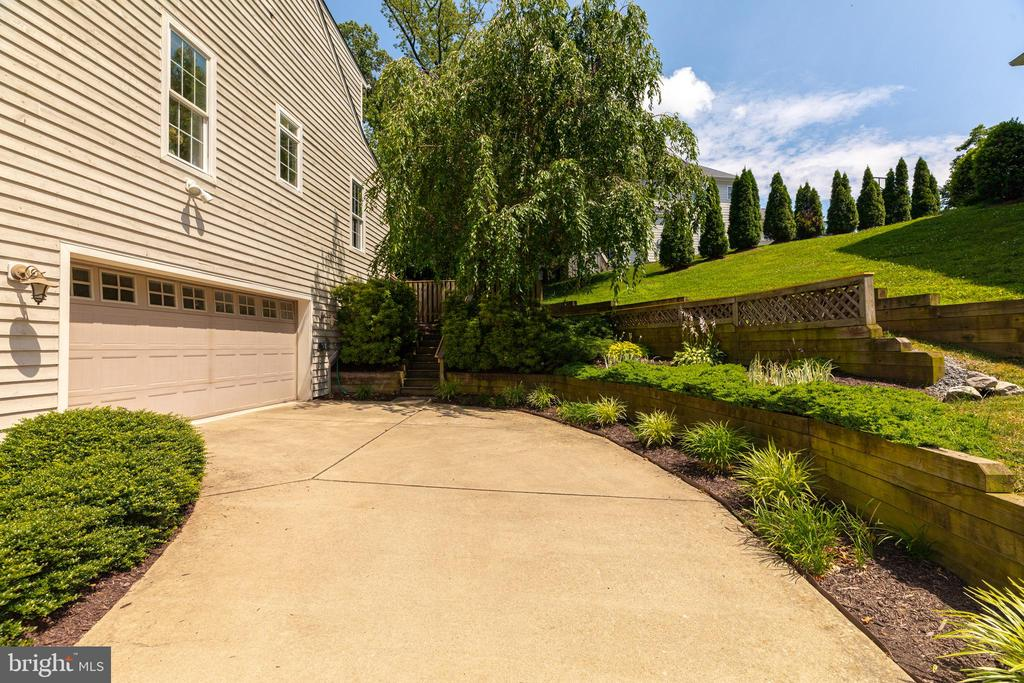 Large garage and terraced landscaping on side yard - 5621 GLENWOOD DR, ALEXANDRIA