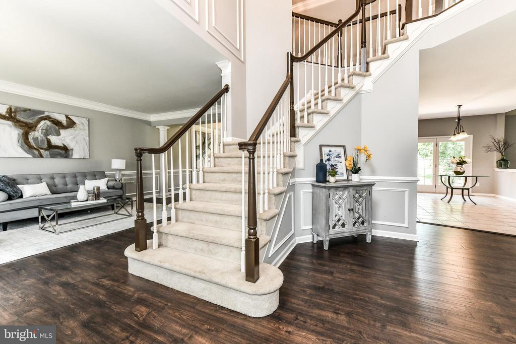 Bright entry shows off new floors and updated trim - 47426 RIVERBANK FOREST PL, STERLING