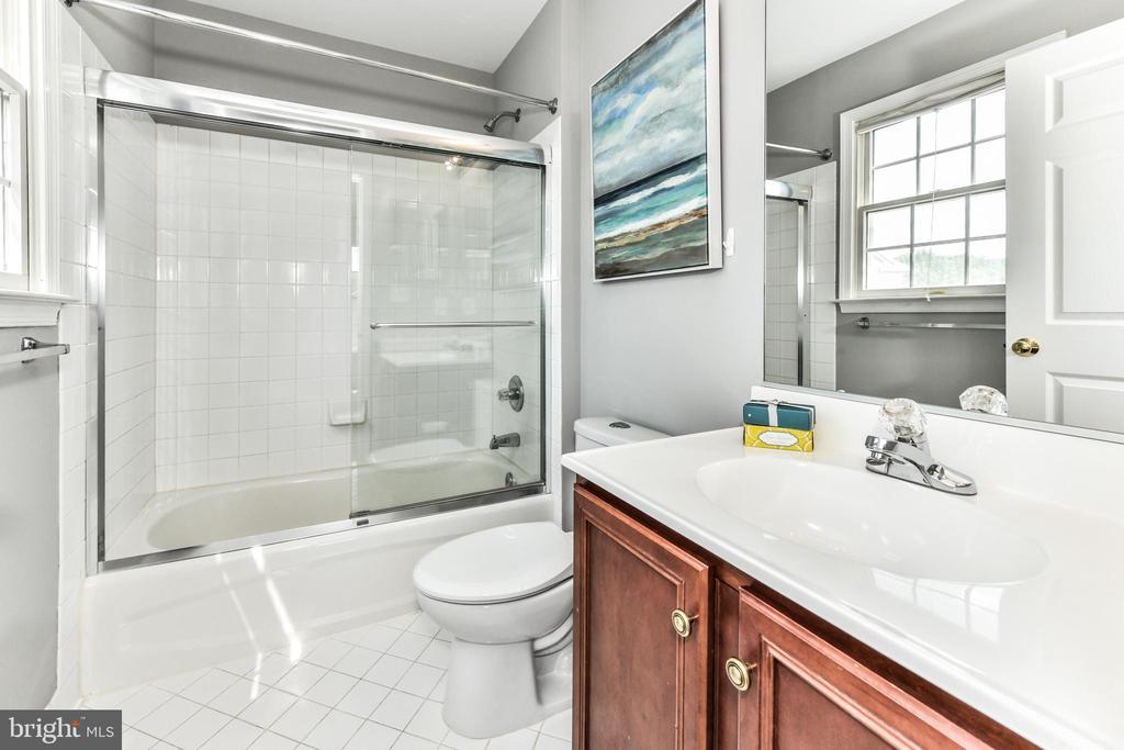 Bedroom 2's en-suite bath - 47426 RIVERBANK FOREST PL, STERLING