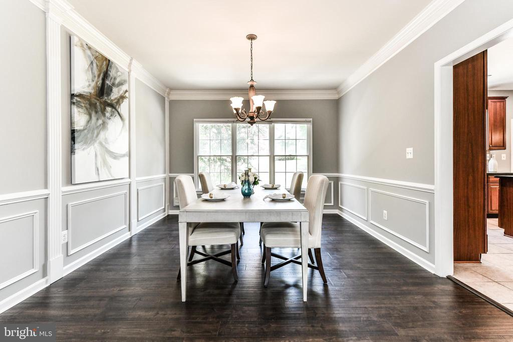 Formal dining room flows from living to kitchen - 47426 RIVERBANK FOREST PL, STERLING