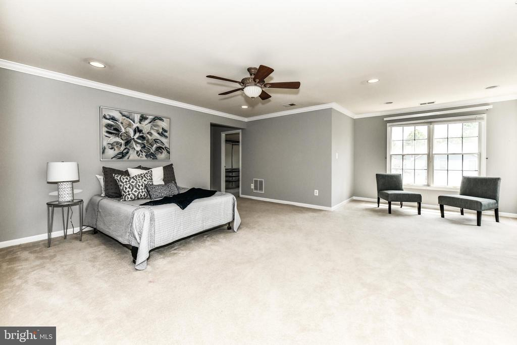 Large master suite with separate sitting area - 47426 RIVERBANK FOREST PL, STERLING