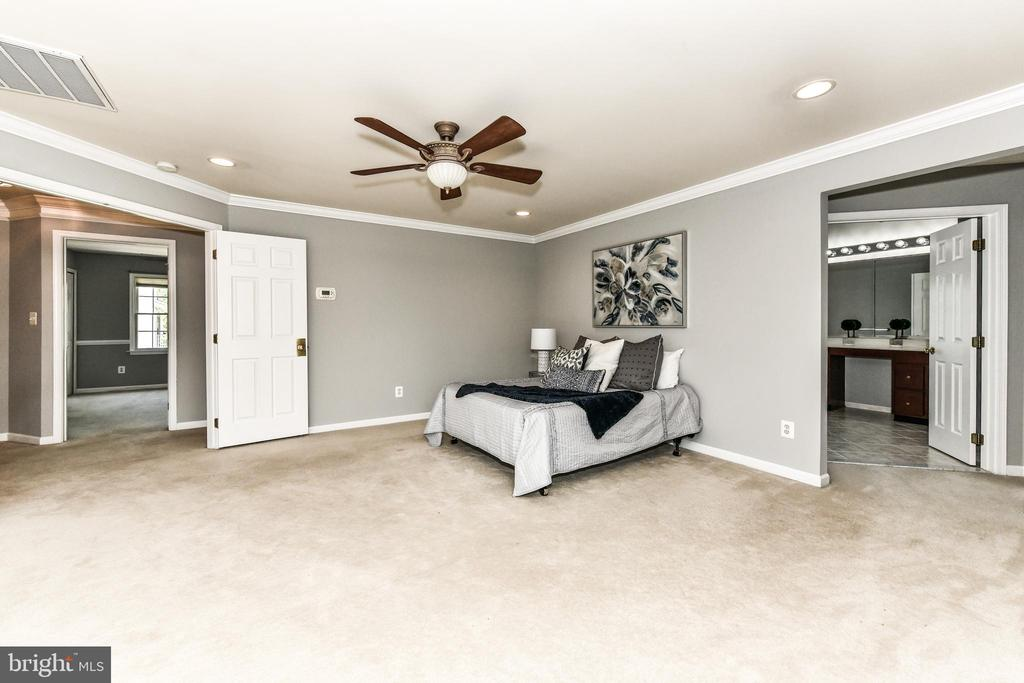 Large master suite with private master bath - 47426 RIVERBANK FOREST PL, STERLING