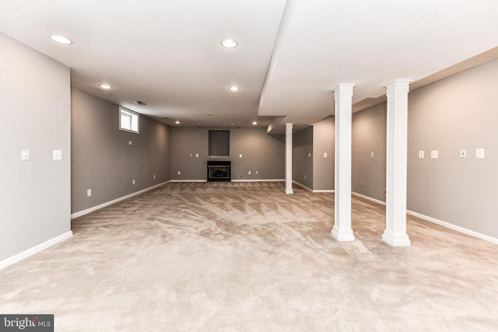 Fireplace, recessed lighting, space for a wet bar! - 47426 RIVERBANK FOREST PL, STERLING