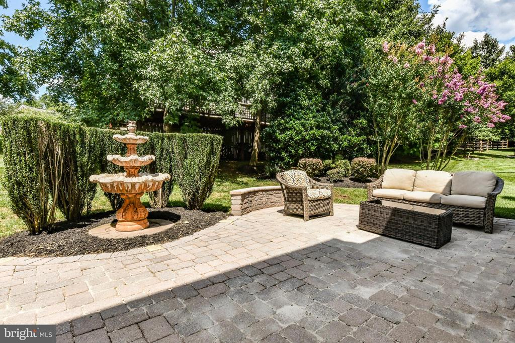 Idyllic paver patio in back yard - 47426 RIVERBANK FOREST PL, STERLING