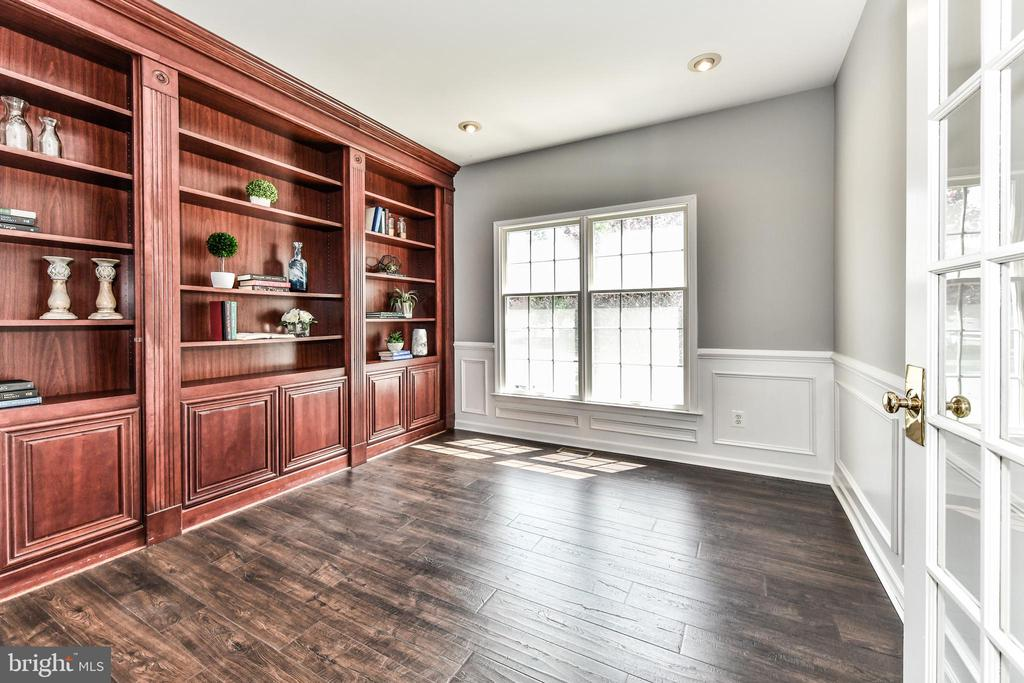 Private office at front of home with built-ins - 47426 RIVERBANK FOREST PL, STERLING