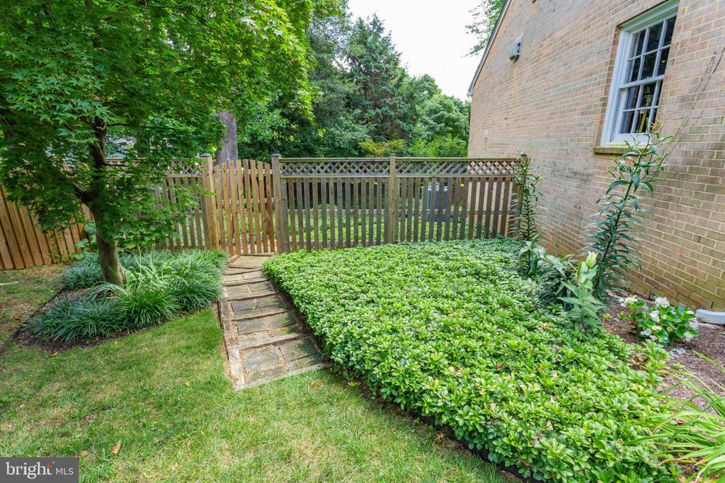Side yard with  stone path toward back yard - 7710 FALSTAFF CT, MCLEAN