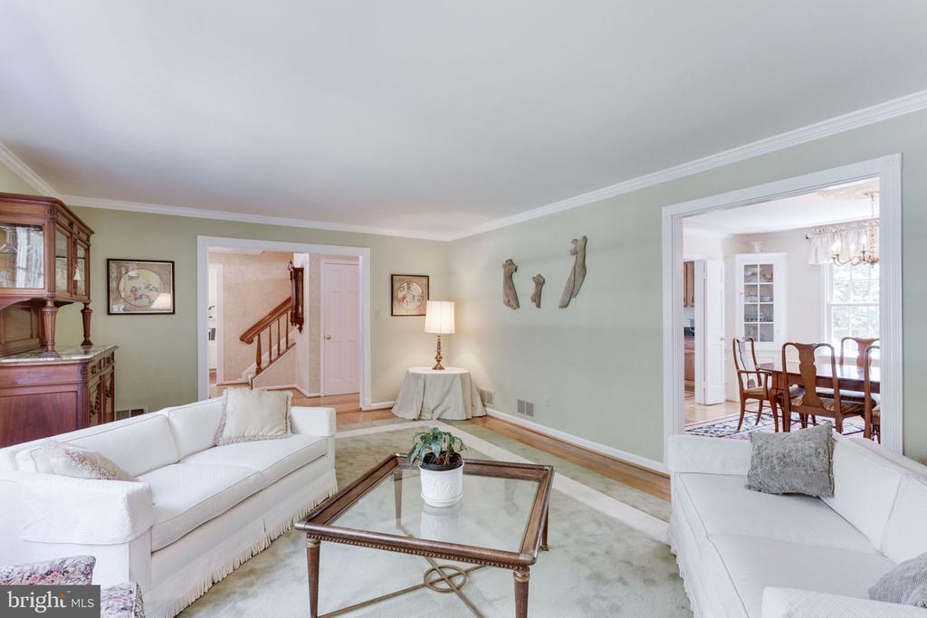 Living room view toward dining room - 7710 FALSTAFF CT, MCLEAN