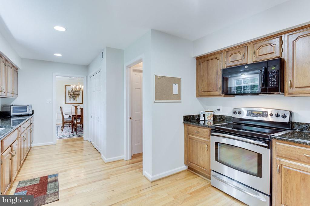 Updated kitchen w.stainless steel appliances - 7710 FALSTAFF CT, MCLEAN