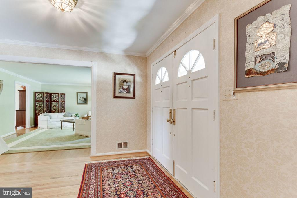 A generous and welcoming entry foyer - 7710 FALSTAFF CT, MCLEAN