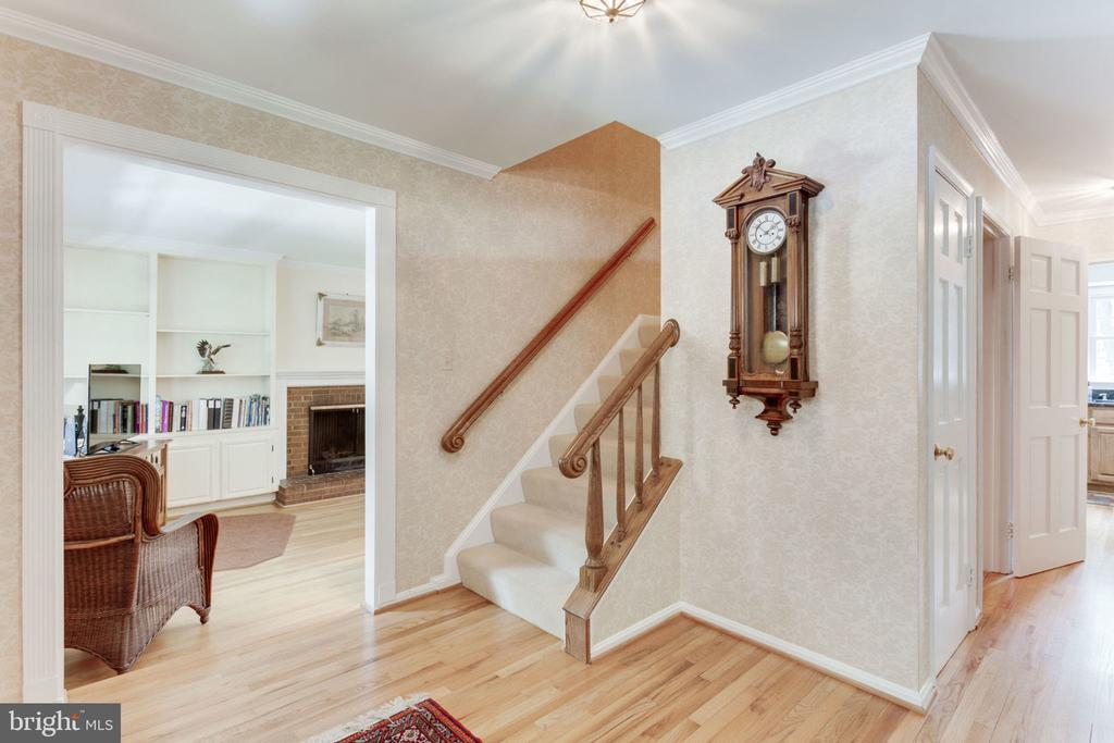 Foyer toward family room and stairway - 7710 FALSTAFF CT, MCLEAN