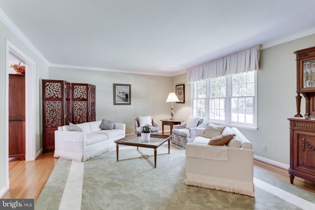 Spacious, bright and elegant formal living room - 7710 FALSTAFF CT, MCLEAN