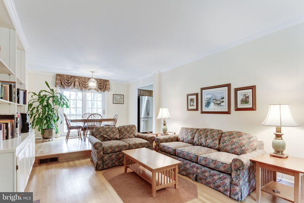 Family room toward breakfast and kitchen - 7710 FALSTAFF CT, MCLEAN