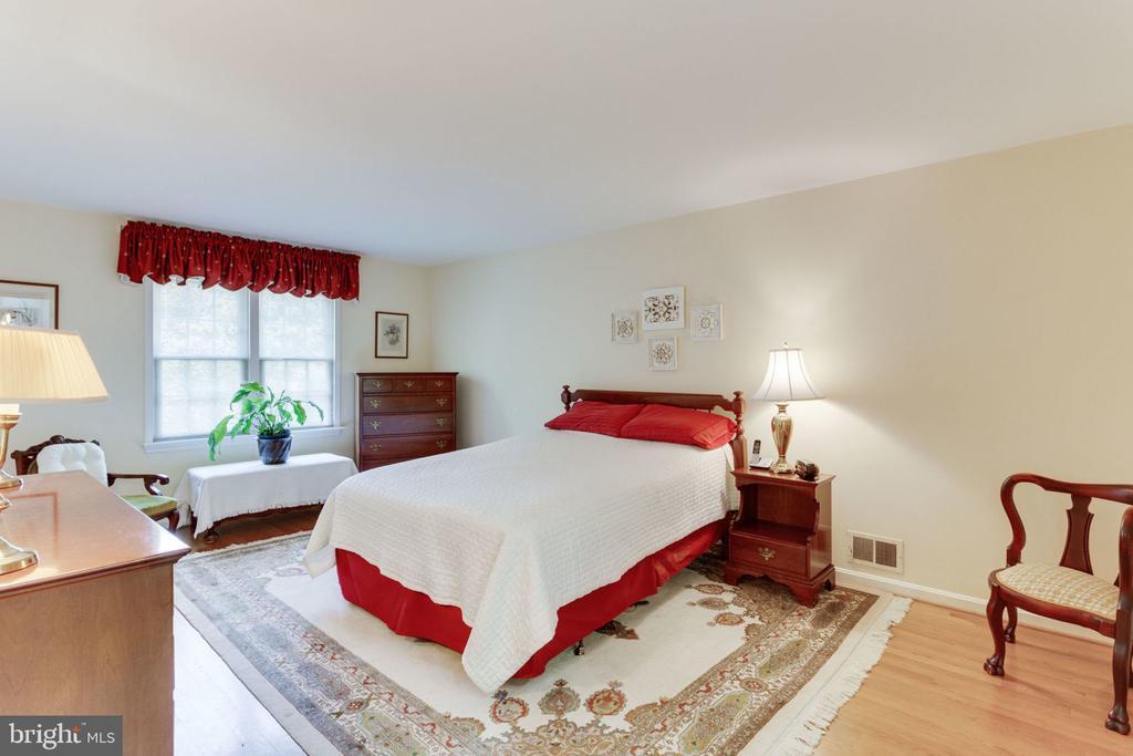 Master bedroom with plenty of sitting area - 7710 FALSTAFF CT, MCLEAN