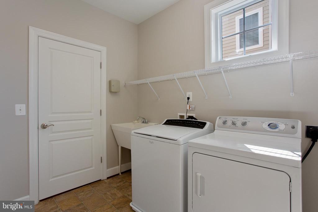 Laundry room/mudroom - 42461 TOURMALINE LN, BRAMBLETON