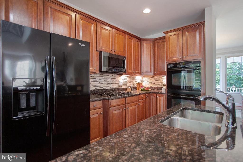 Gourmet kitchen 42 in cabinets - granite counters - 42461 TOURMALINE LN, BRAMBLETON