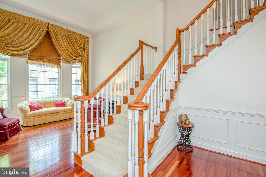 Breath taking staircase landing with overlook - 2374 JAWED PL, VIENNA