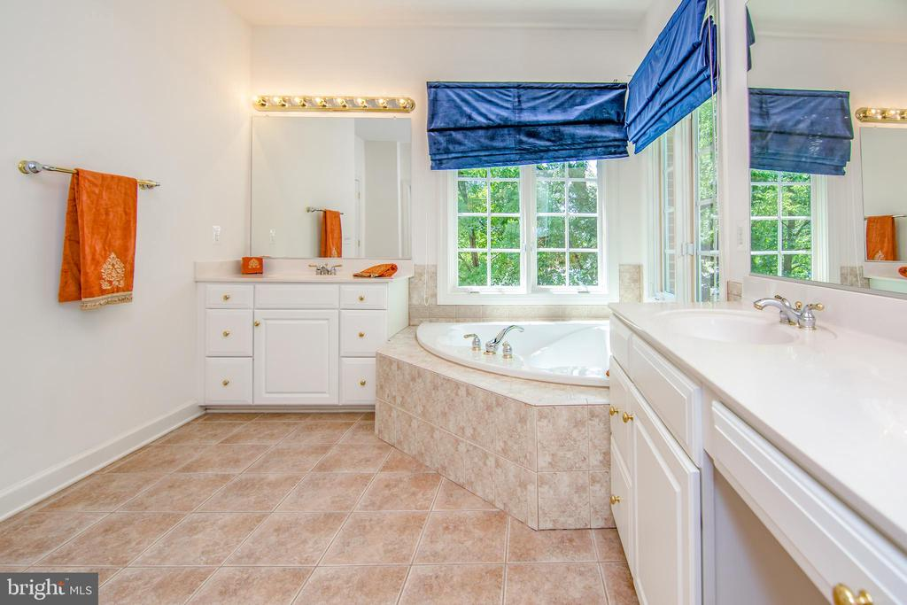 Separate vanities for easy maneuvering - 2374 JAWED PL, VIENNA