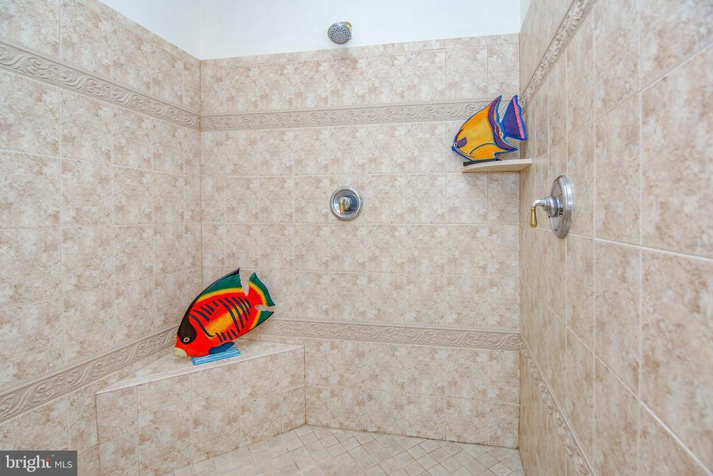 Separate sit down shower with 2 shower heads - 2374 JAWED PL, VIENNA