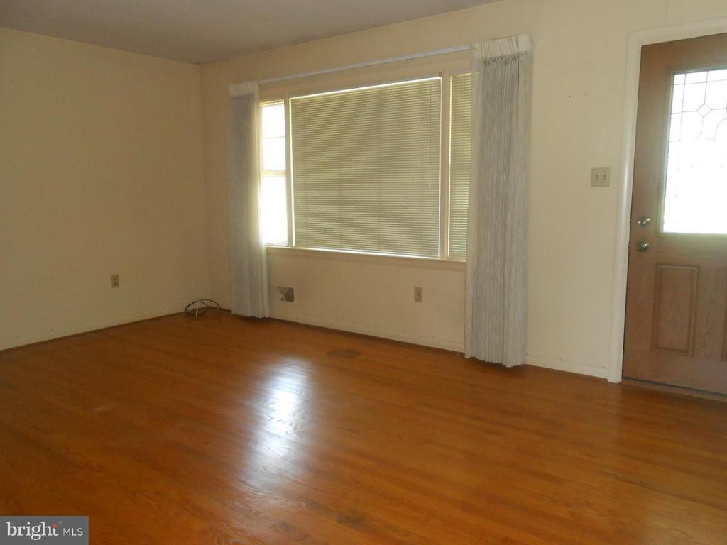 living room - front window & door - 11228 ANGLEBERGER RD, THURMONT