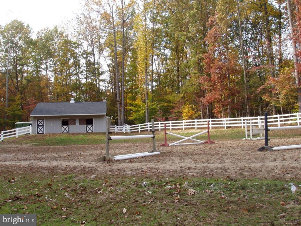 3 Stall Horse Barn with Running Hot Water - 10121 COMMUNITY LN, FAIRFAX STATION