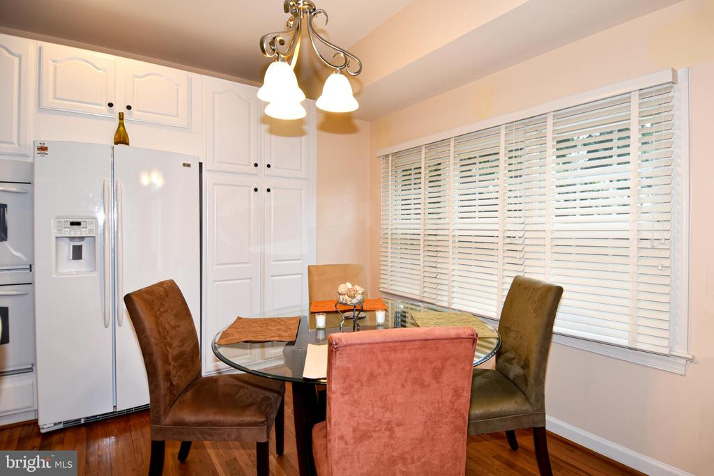 Kitchen table area overlooks treed area. - 1850 BRENTHILL WAY, VIENNA
