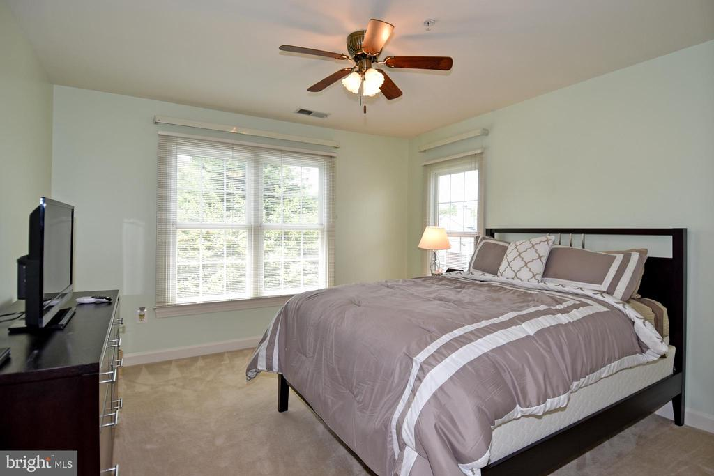 Spacious 2nd bedroom - 1850 BRENTHILL WAY, VIENNA