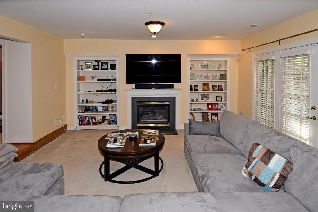 Lower level with 2nd fireplace + B/I shelves. - 1850 BRENTHILL WAY, VIENNA