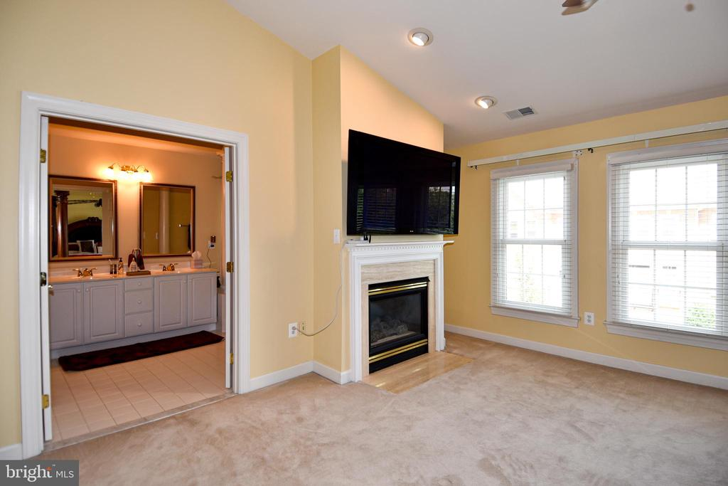 Vaulted ceilings add to the roominess. - 1850 BRENTHILL WAY, VIENNA