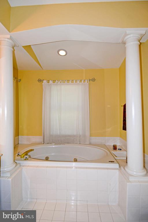 Master bath with jetted soaking tub. - 1850 BRENTHILL WAY, VIENNA