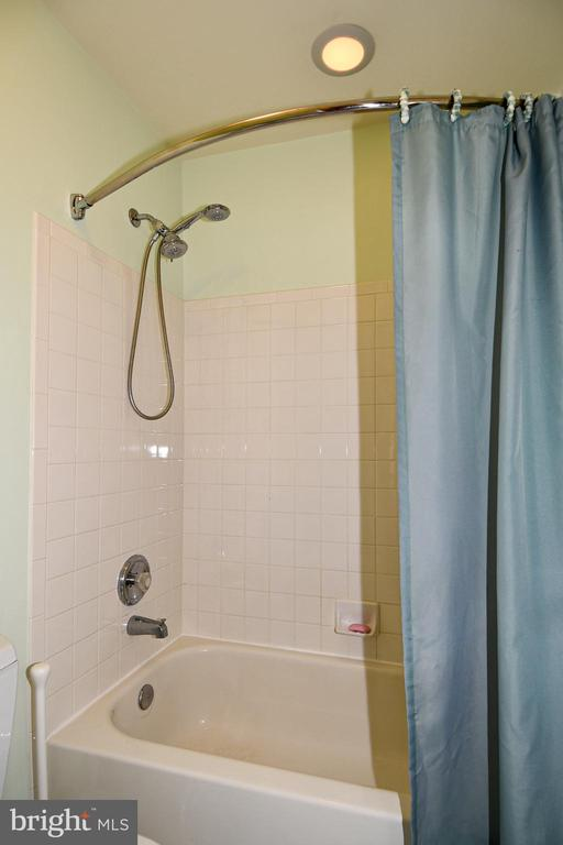 Separate tub area. - 1850 BRENTHILL WAY, VIENNA