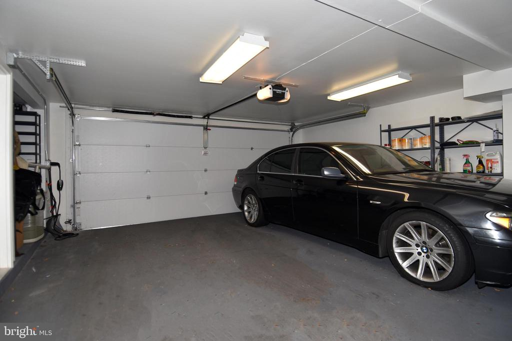 Spacious garage with storage space - 1850 BRENTHILL WAY, VIENNA