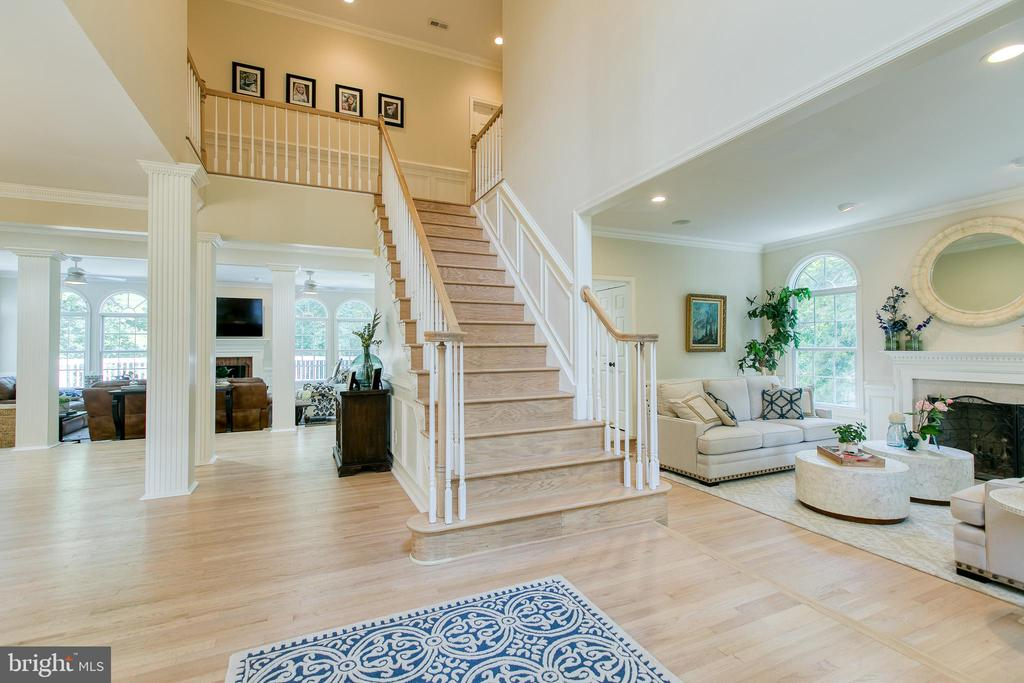 Entry boasts new solid oak hardwood floors - 27 MERIDAN LN, STAFFORD