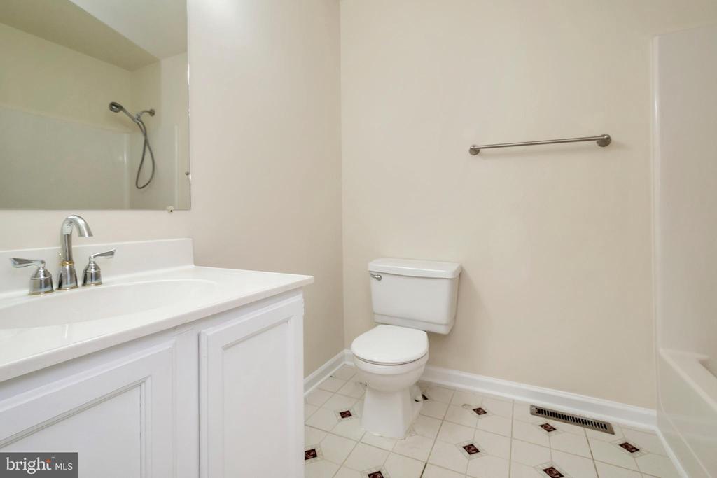 hallway full bath - 10620 HOLLEYBROOKE DR, SPOTSYLVANIA