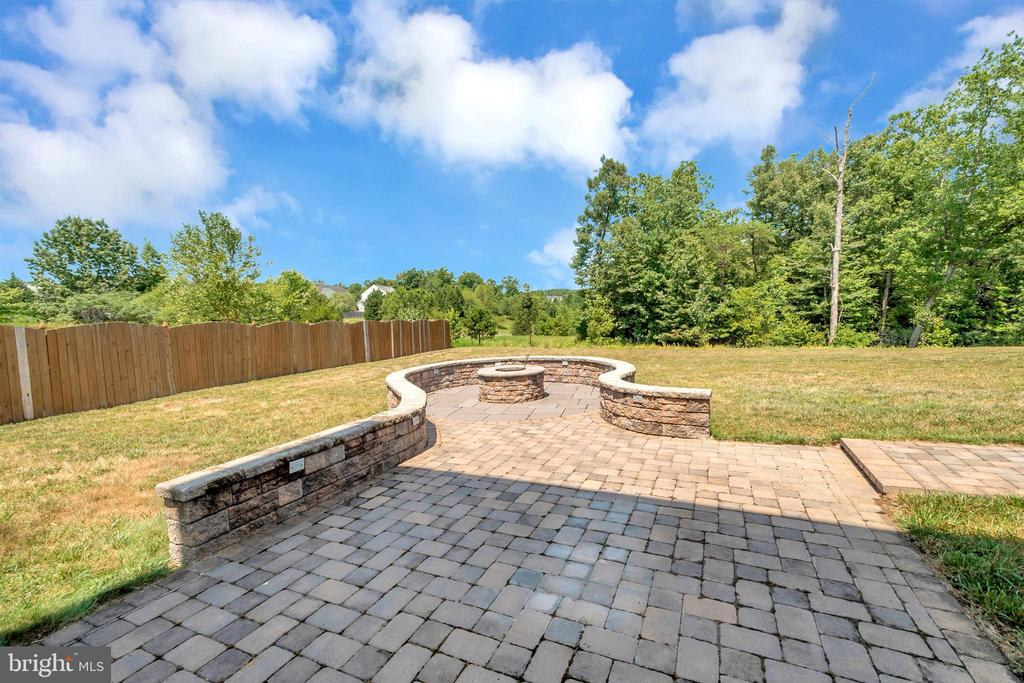 Back patio and fire pit - 31 GALLERY RD, STAFFORD