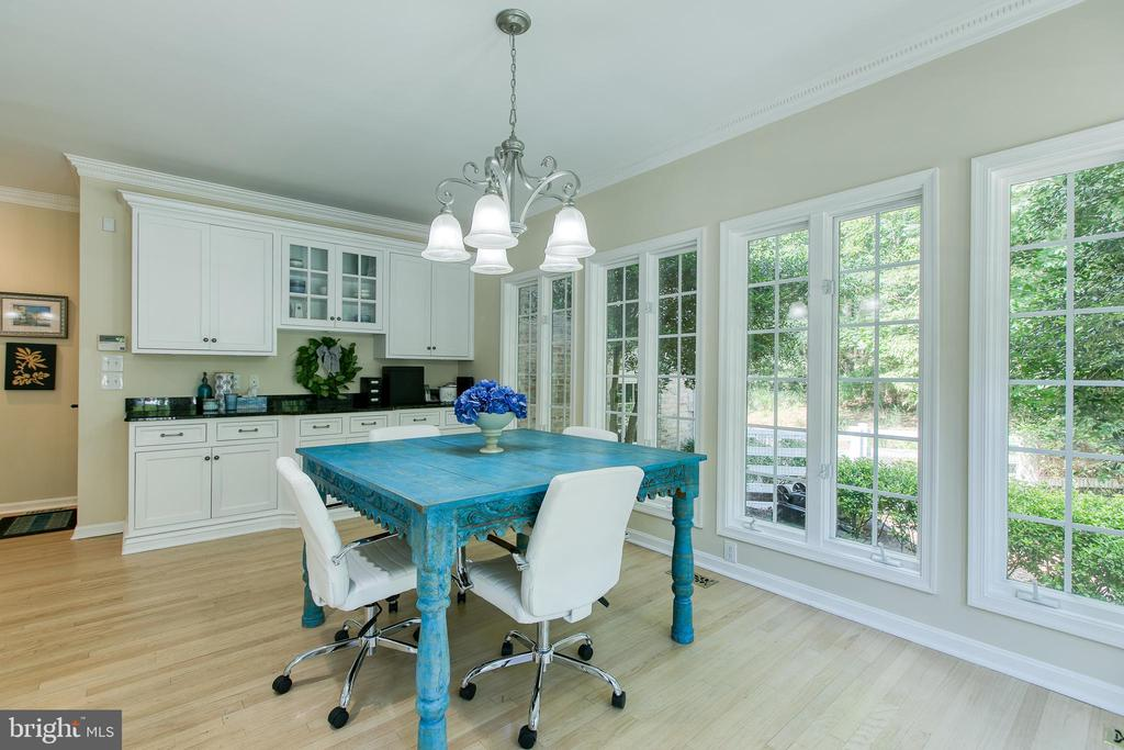 Beautiful natural light streams into this home - 27 MERIDAN LN, STAFFORD