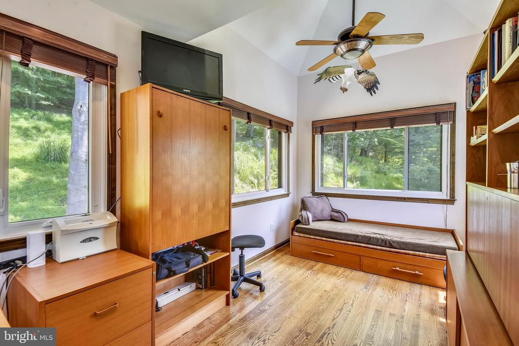 Loft with office! - 9919 MACARTHUR BLVD, BETHESDA
