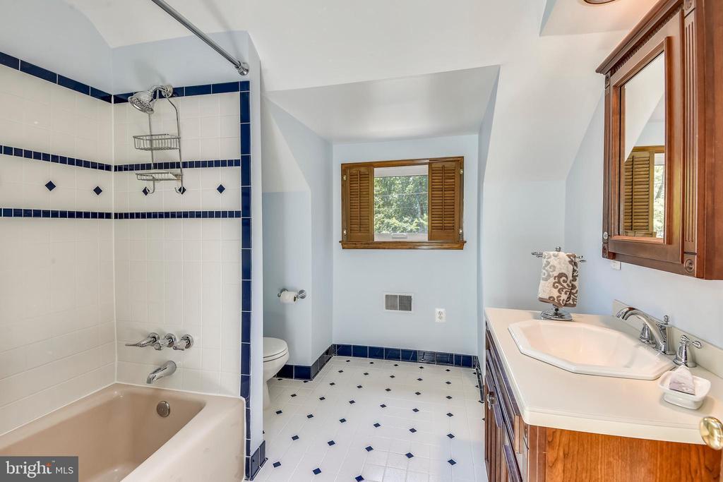 Full bathroom in center hall! - 9919 MACARTHUR BLVD, BETHESDA