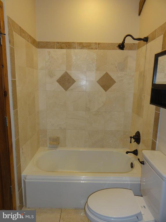 Upper level second full bathroom - 38699 OLD WHEATLAND RD, WATERFORD