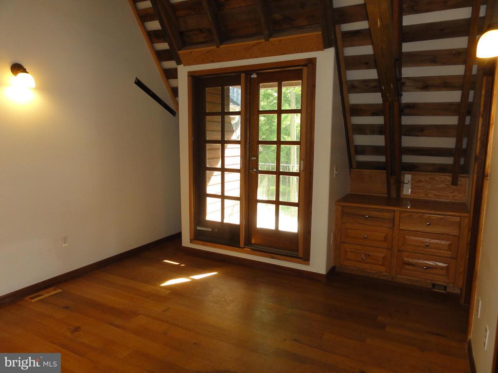 Second bedroom with private balcony - 38699 OLD WHEATLAND RD, WATERFORD