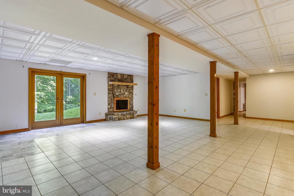 Spacious family room with fireplace - 8907 CHRISTINE PL, MANASSAS