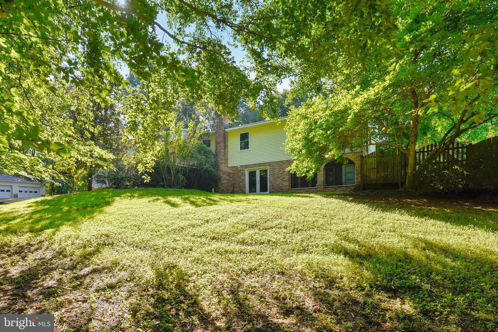 Large front yard with lots of trees - 8907 CHRISTINE PL, MANASSAS