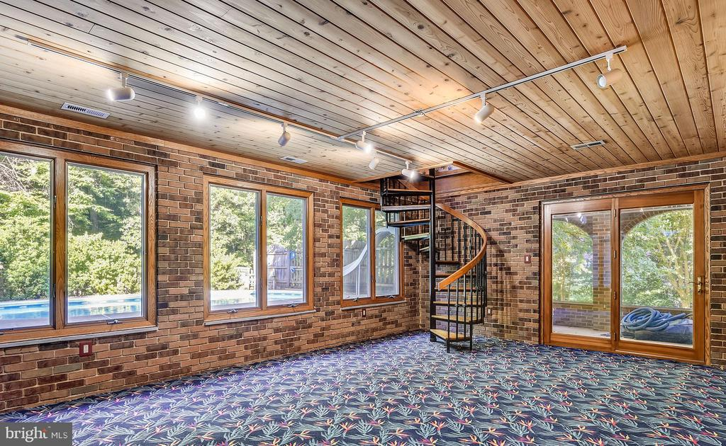 Bright sunroom in basement leads to the pool - 8907 CHRISTINE PL, MANASSAS