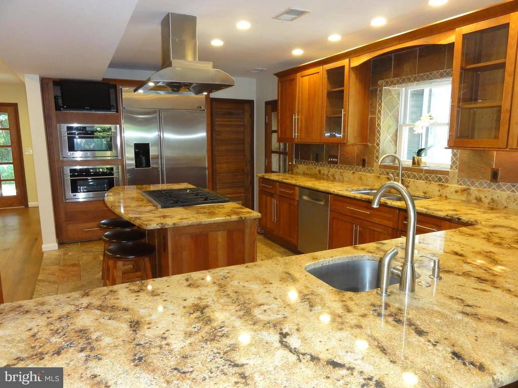 Gourmet kitchen - 38699 OLD WHEATLAND RD, WATERFORD