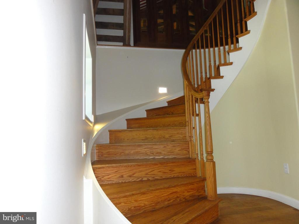 Elegant curved staircase - 38699 OLD WHEATLAND RD, WATERFORD