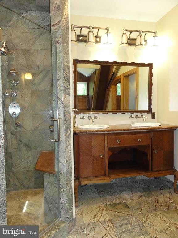 Master bath vanity - 38699 OLD WHEATLAND RD, WATERFORD