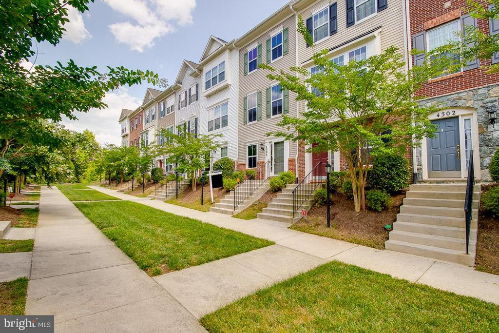 Front opens to a beautiful courtyard - 4306 POTOMAC HIGHLANDS CIR #41, TRIANGLE